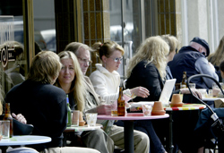 カフェで思い思いの時を楽しむ人々